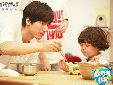 Lihat deh, Jerry Yan luwes banget ya saat menemani makan seorang anak. (Foto: Instagram/jerryyanindo)