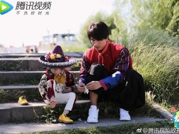 Telaten banget memakaikan seorang anak sepatu, Jerry Yan sudah mahir banget melakukan tugas seorang ayah. He-he-he. (Foto: Instagram/fangkaiwobeibi_gallery)
