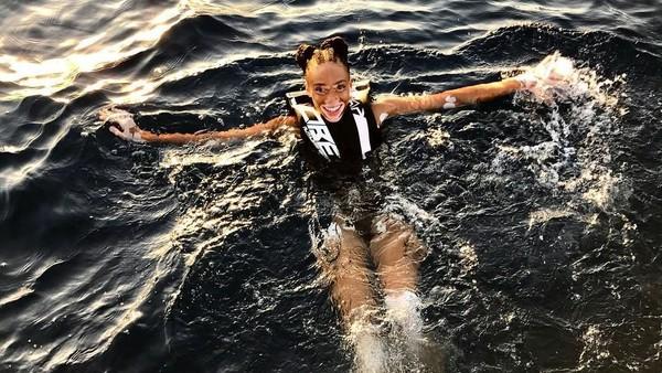 Main ke Pulau Mykonos di Yunani, Winnie menikmatinya dengan berenang. (winnieharlow/Instagram)