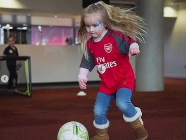 Menggemaskan banget aksi seorang gadis kecil saat akan menendang bola. (Foto: Instagram @juniorgunners)