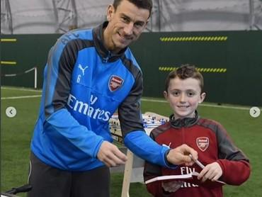 Udah dapat tanda tangan dari pemain Arsenal, foto dulu yuk. (Foto: Instagram @juniorgunners)