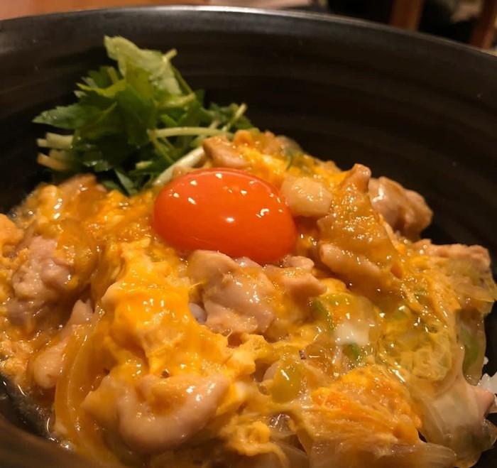 Jumlah telur dan ayam yang jadi bisa sesuai selera. Kalau suka, bisa ditambah kuning telor mentah yang jadi creamy saat diaduk dengan nasi putih. Foto : Instagram @kmotoji