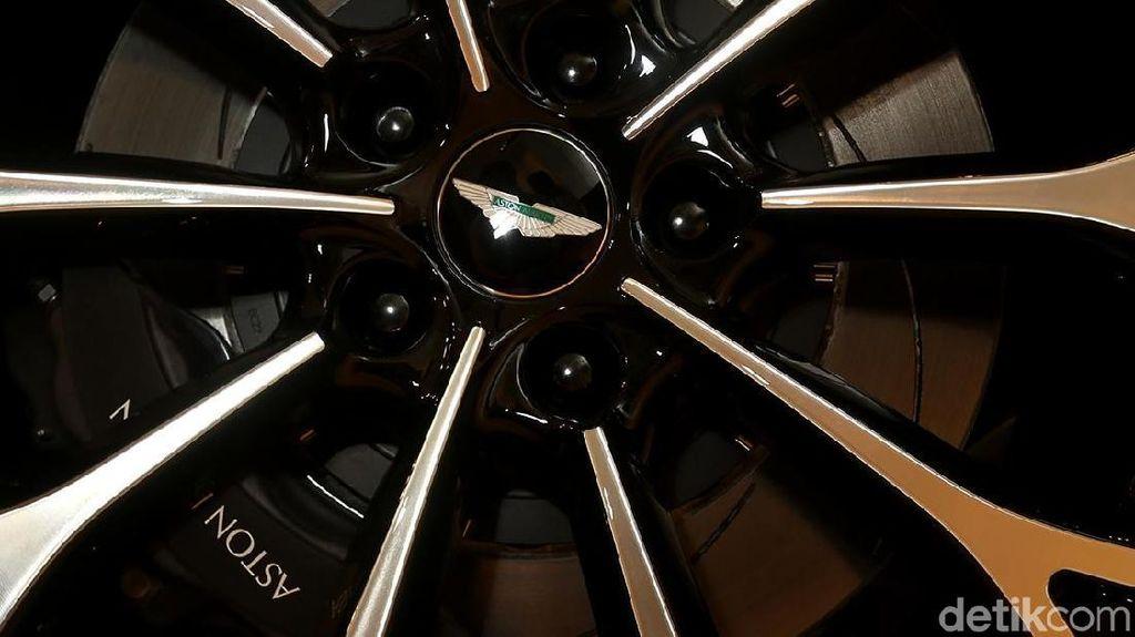 Interior SUV Pertama Aston Martin Digarap di China