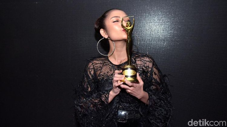 Momen Siti Badriah yang Disebut Punya Suara Jelek Cium Piala AMI Awards
