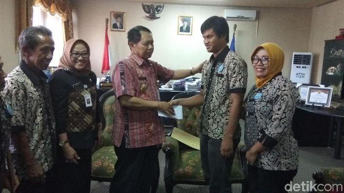 Atlet goalboall, Satrio Choirul Usman, berpamitan kepada Bupati Semarang Mundjirin, Kamis (27/9). (Eko Susanto/detikSport)