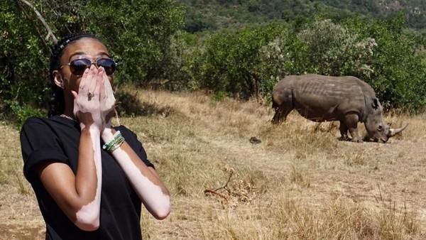 Winnie liburan ke Maasai Mara di Kenya. Winnie bersafari melihat badak sampai zebra. (winnieharlow/Instagram)