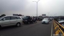 Helm Ojol Jatuh, 4 Mobil Tabrakan Beruntun di Flyover Depok