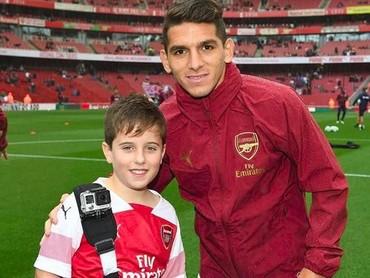 Berpose bareng pemain Arsenal Lucas Torreira bisa jadi momen tak terlupakan bagi bocah yang satu ini. (Foto: Instagram @juniorgunners)
