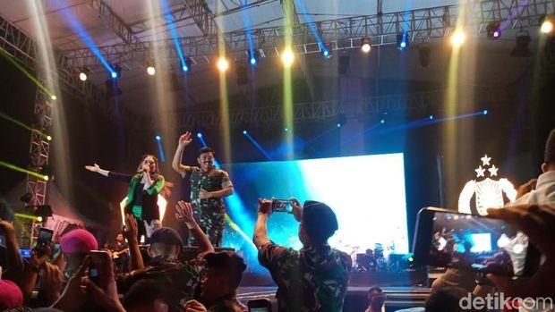 Panglima TNI, Anies Baswedan di Monas