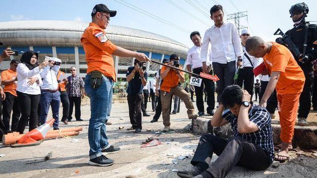 Rekonstruksi penyerangan terhadap anggota Jakmania Haringga Sirla oleh para tersangka di GBLA. (