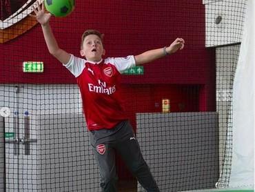 Ayo tangkap bolanya, Nak. Jangan sampai masuk gawang ya. (Foto: Instagram @juniorgunners)