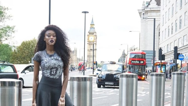 Di London, Winnie berfoto dengan latar Big Ben dan bus Double Decker. (winnieharlow/Instagram)
