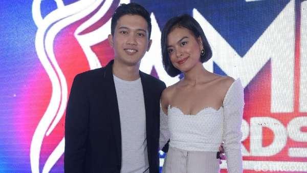 Eva Celia Gandeng Kekasih di AMI Awards 2018