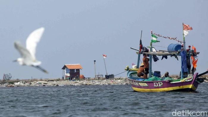 Seorang nelayan sedang berlayar di sekitar pulau reklamasi di Teluk Jakarta. Sebelumnya, Gubernur Jakarta Anies Baswedan telah mencabut izin 13 pulau reklamasi