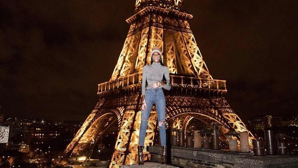 Berfoto dengan Menara Eiffel di Paris, itu wajib! (winnieharlow/Instagram)
