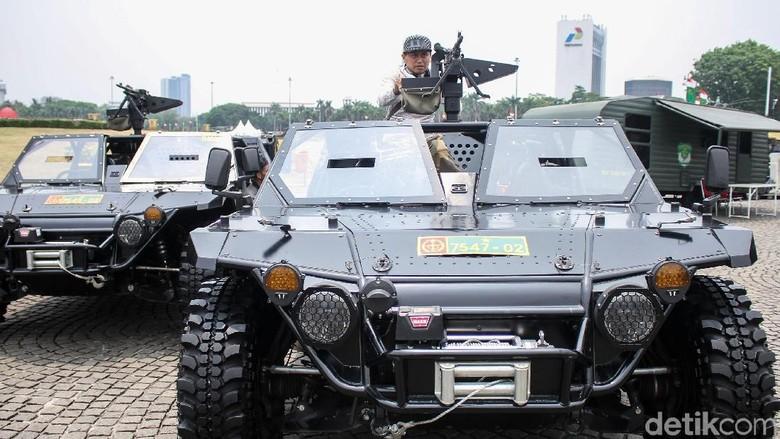 Alutsista TNI yang dipamerkan di Monas (Foto: Rifkianto Nugroho)