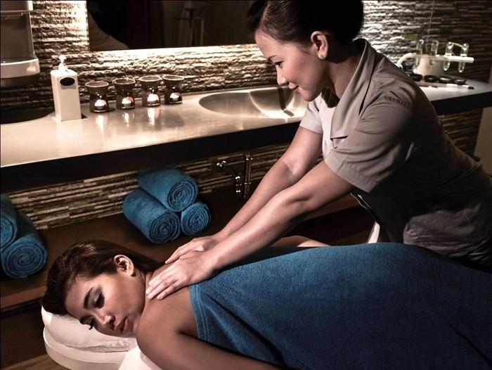Pijat aromaterapi dengan efek relaksasi di Fit & Spa Lounge. Foto: Dok. Pullman Central Park