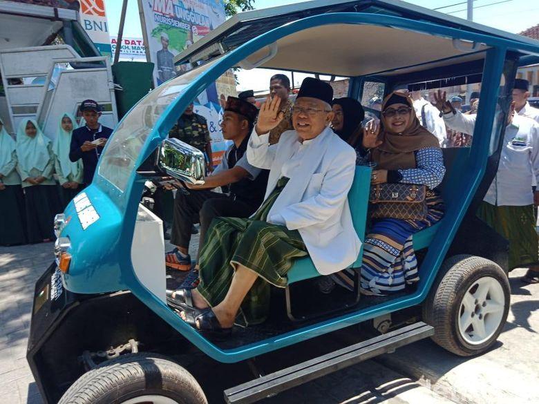 Ma'ruf Amin Jajal Mobil Listrik Buatan Santri