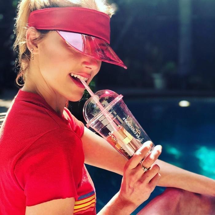 Pemilik nama lengkap Amber Laura Heard ini sedang menyedot gelas minuman cantik. Ehh, tapi kok nggak ada isinya ya? Foto: Instagram amberheard