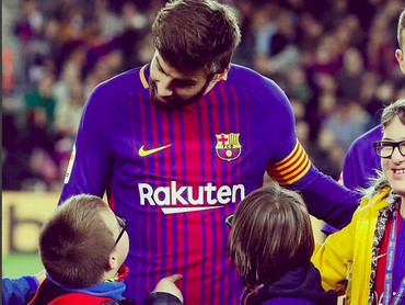 Sepertinya perbincangan pemain Barcelona dengan seorang ini serius banget. (Foto: Instagram @fcbarcelona)