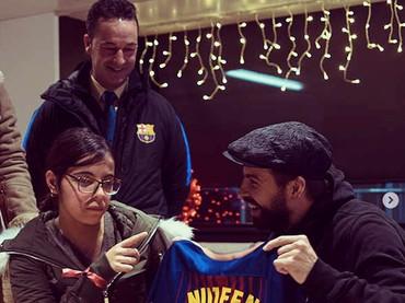 Ini baju dari Om Messi untuk seorang anak. Senyumnya mana nih? (Foto: Instagram @fcbarcelona)