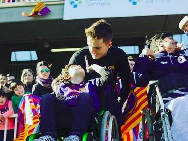 Om minta tanda tangannya dong, ucap seorang anak pada pemain Barcelona ini. (Foto: Instagram @fcbarcelona)