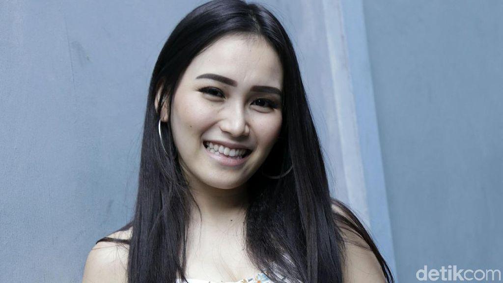 Ngefans Sama Suju, Ayu Ting Ting Deg-degan Sepanggung Bareng