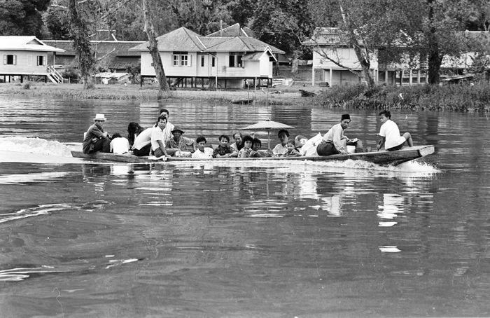 Perahu menjadi transportasi pilihan masyarakat di Kalimantan untuk menyeberangi sungai atau menuju ke pusat kota. Stan Meagher/Express/Getty Images.