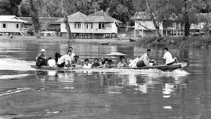 Di masa lalu untuk pergi ke sebuah tempat atau melakukan aktivitas masyarakat Indonesia menggunakan transportasi umum sederhana. Penasaran? Yuk, kita lihat.