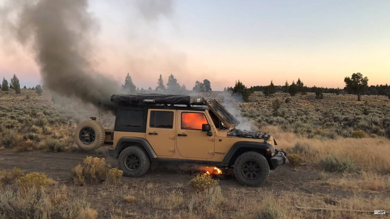 Jeep Wrangler terbakar. Foto: Motor1