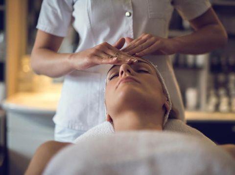 Perawatan wajah sebelum pernikahan.