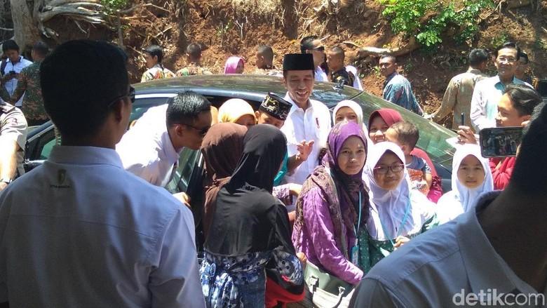 Jokowi Salat Jumat Bareng Sultan HB X di Masjid al-Falah Bantul
