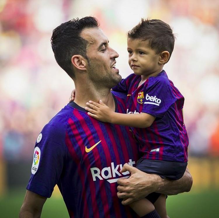 Pemain Barcelona ini lagi ngomong apa sama anaknya ya, Bun? (Foto: Instagram @fcbarcelona)