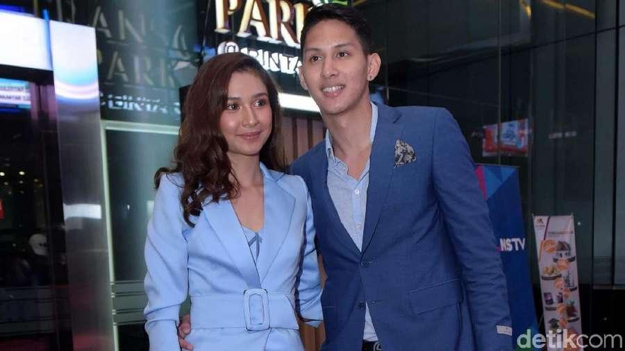 Romantis! Mikha Tambayong Gandeng Daniel Wenas