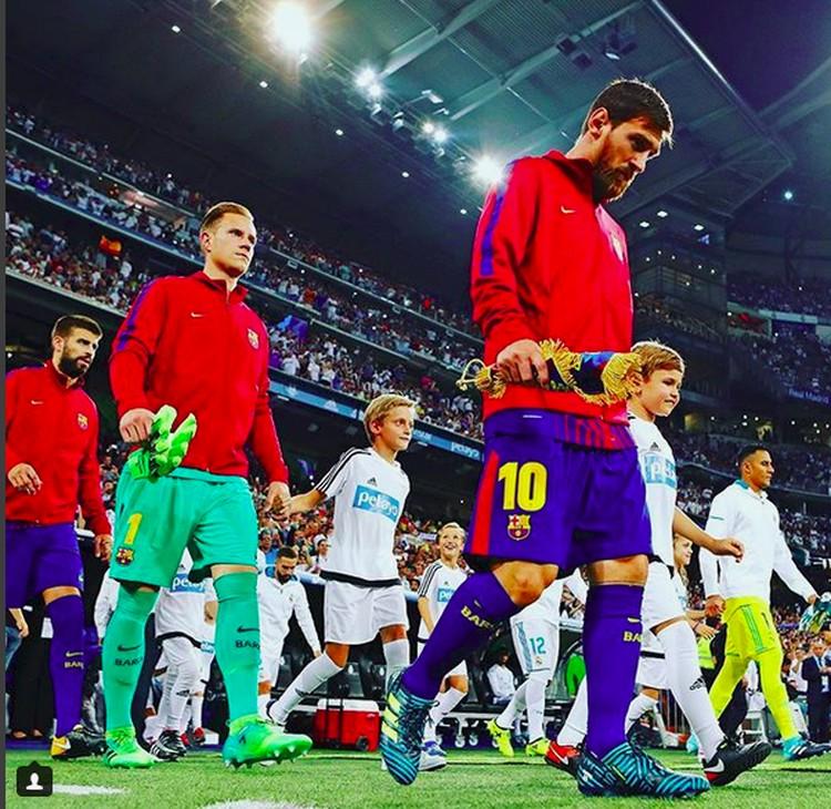 Ramai-ramai pemain Barcelona dan anak-anak masuk ke lapangan hijau. (Foto: Instagram @fcbarcelona)