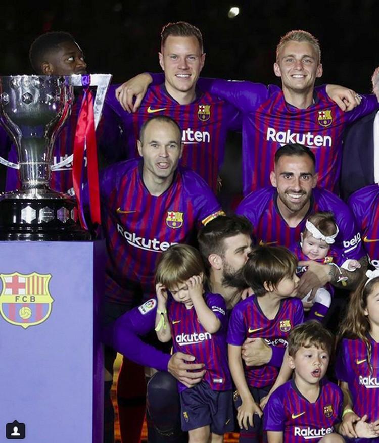Satu, dua, tiga, cheese. Pemain Barcelona berfoto bareng anak-anak mereka. (Foto: Instagram @fcbarcelona)