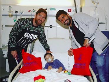 Lionel Messi dan Luis Suarez menjenguk seorang anak yang sakit.Semoga kamu makin semangat untuk sembuh ya, Nak,setelahdijenguk pemain Barcelona yang ganteng-ganteng ini. (Foto: Instagram @fcbarcelona)