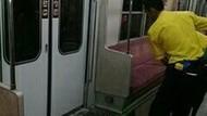 Penumpang yang BAB di KRL Turun di Stasiun Manggarai
