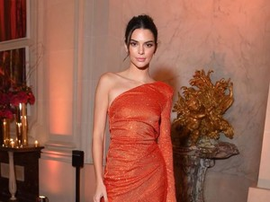 Ini Cara Pakai Busana Warna Oranye yang Nggak Bikin Sakit Mata