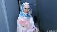 Kartika Putri tampil dengan gamis biru-pink dengan motif bunga.Pool/Palevi S/detikFoto.