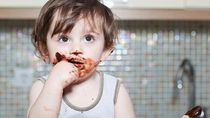 3 Hal tentang Bayi Makan Cokelat, Bunda Wajib Tahu