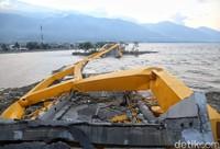 Jembatan Kuning Ponulele merupakan salah satu destinasi wisata di Palu. Jembatan ini sering jadi objek foto-foto wisatawan (Pradita Utama/detikFoto)