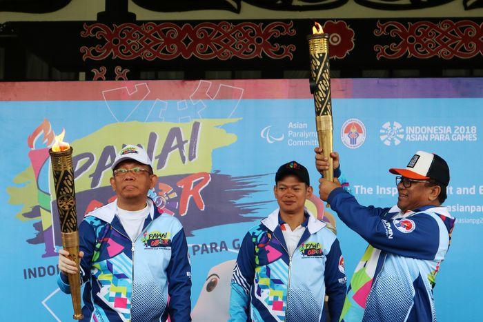 Pawai obor Asian Para Games 2018. (Foto: ANTARA FOTO/Jessica Helena Wuysang/ama/18)