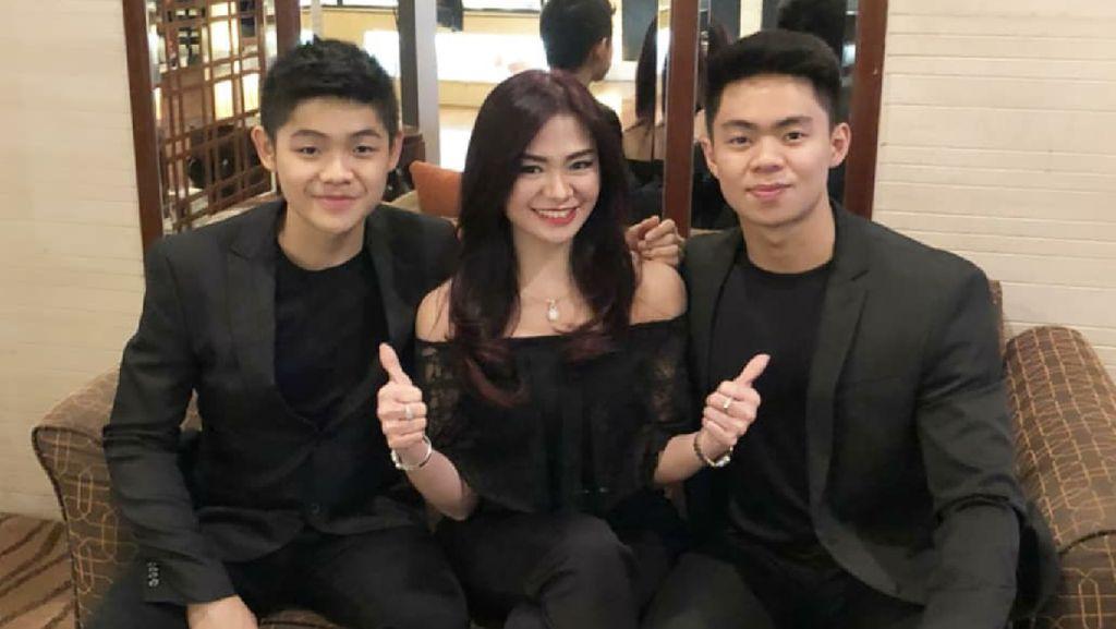 Keseharian Puspa Dewi, Si Ibu Awet Muda Bersama Kedua Anaknya