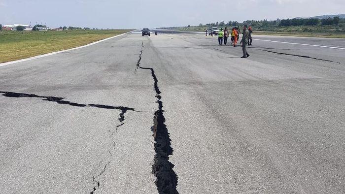 Foto: Runway Bandara Palu yang retak akibat gempa. (Dok TNI AU).