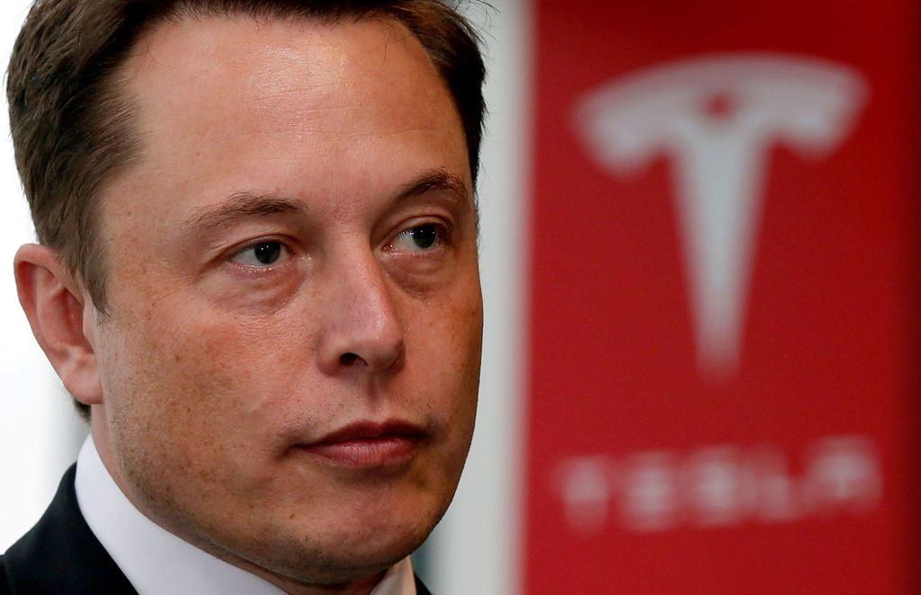 Setelah dituntut oleh badan pengawas pasar saham Amerika Serikat (SEC) karena cuitannya yang ingin membawa Tesla menjadi perusahaan privat, CEO Tesla Elon Musk akhirnya memutuskan untuk berdamai. Foto: Reuters