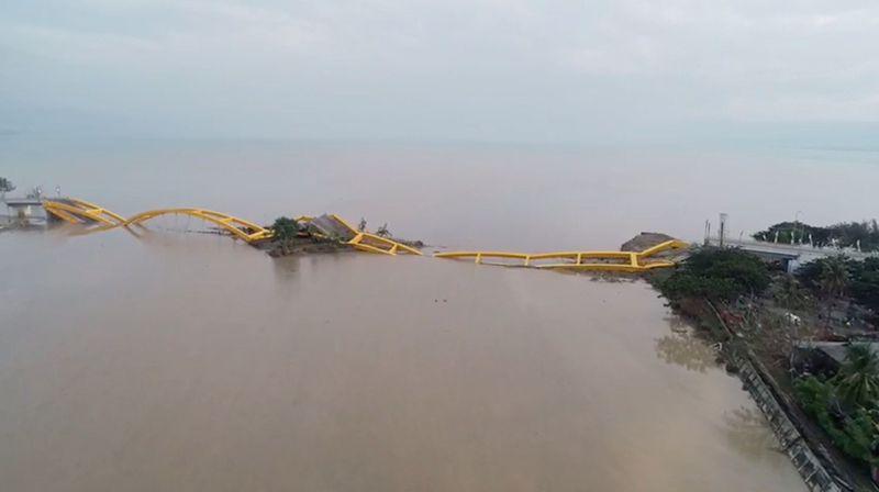 Gempa berkekuatan 7,4 SR mengguncang Donggala dan disusul tsunami di Palu pada Jumat (28/9) kemarin. Ratusan korban jiwa meninggal dunia dan beberapa bangunan hancur di Palu, termasuk beberapa objek wisata seperti Jembatan Kuning Ponulele (DRONE PILOT TEZAR KODONGAN/via REUTERS)