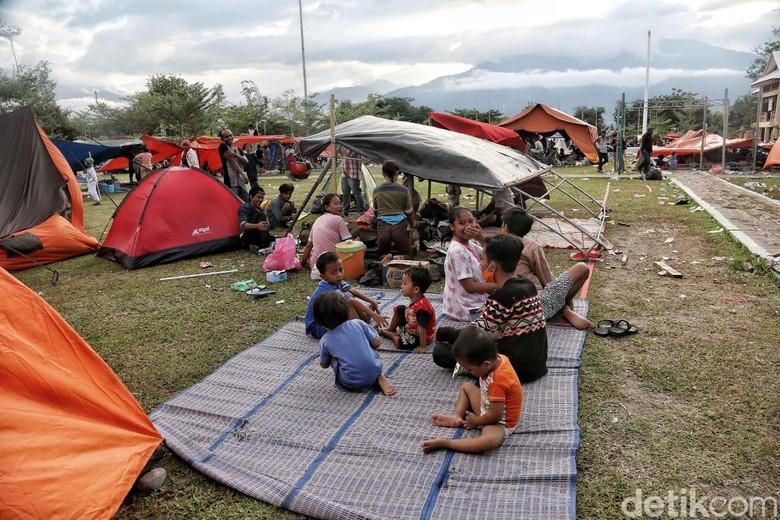 Semangat Belajar Bocah-bocah Palu Meski Mengungsi di Perbukitan