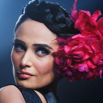 Mehreen Syed, model cantik asal Pakistan yang sedaang hamil, jatuh saat fashion show.