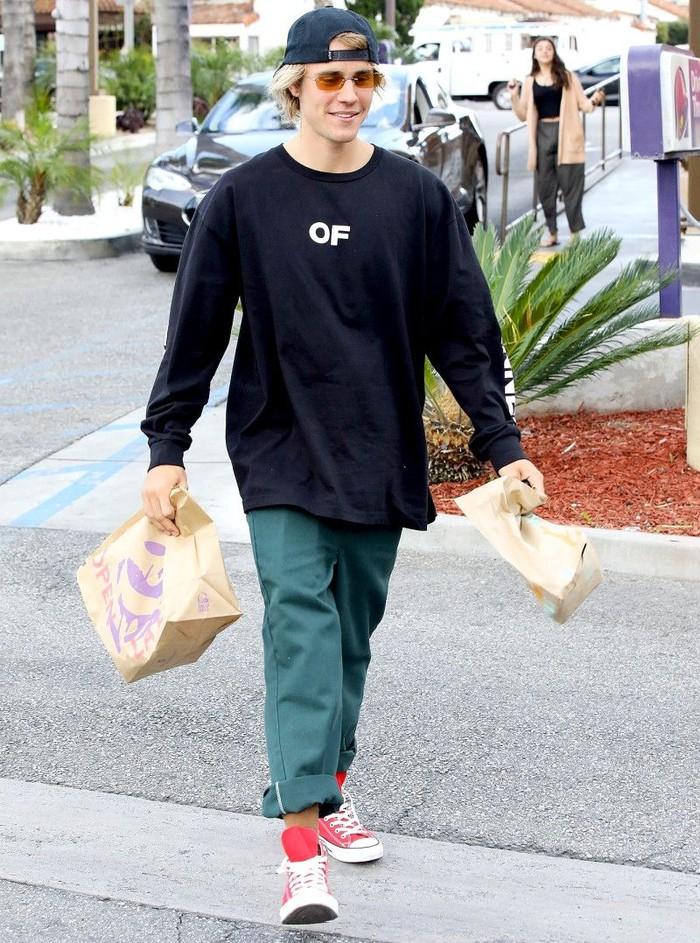Penyanyi kelahiran Kanada ini tertangkap kamera paparazzi membawa dua bungkus kertas Taco Bell. Justin Bieber menikmatinya saat di Los Angeles. Foto: Istimewa
